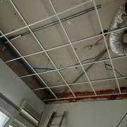 La structure du nouveau faux-plafond est en place.