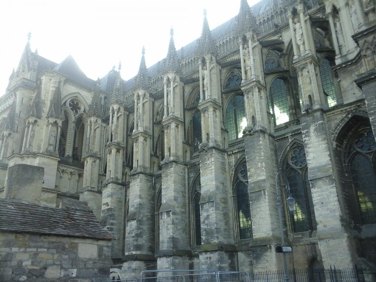 Le flan gauche de la cathèdrale de Reims