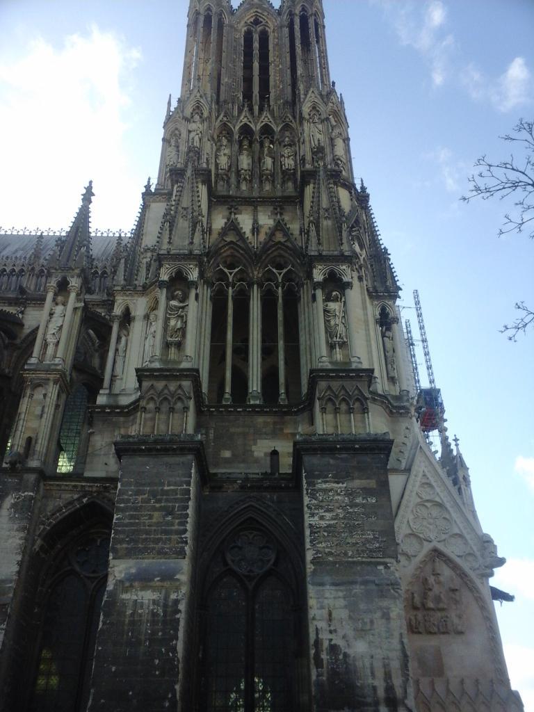 Tour gauche de la cathédrale de Reims