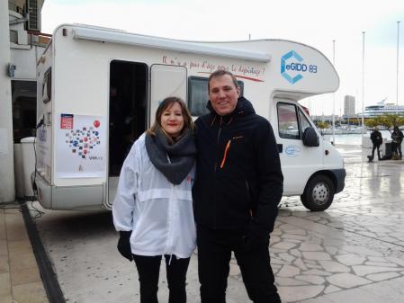Le Docteur Chevalier devant l'unité mobile du CeGIDD Toulon
